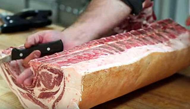 Паразит попадает в организм вместе с плохо обработанным мясом