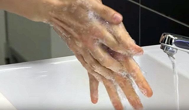 Дезинфекция рук с помощью мыла