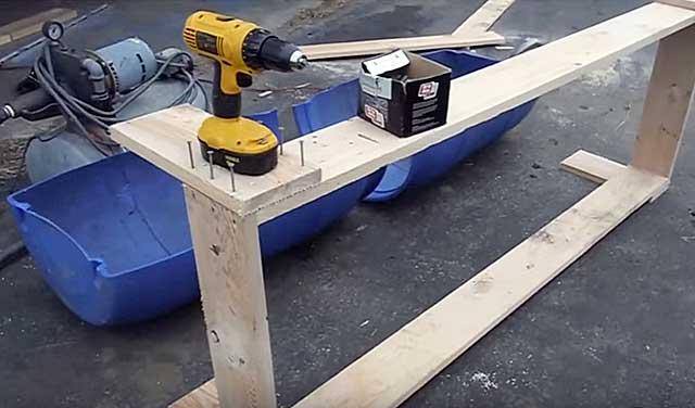 Разрежьте бочку пополам и подготовьте деревянную основу